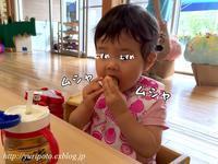 《1歳8ヶ月》お友達とランチをする時の大食い娘 - ゆりぽんフォト記