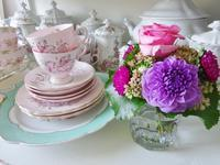 アンティーク食器と小さな花束☆ - アンティークショップ ミラ