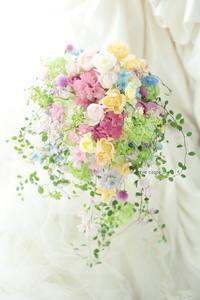 シャワーブーケ 八芳園様へ、ピンクを入れたミックスカラーで - 一会 ウエディングの花