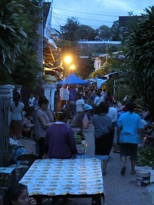 ルアンパバーンで托鉢を見る その1 - イ課長ブログ