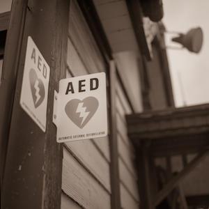AEDの看板さえも愛おしい今秋のキャンパス - Film&Gasoline