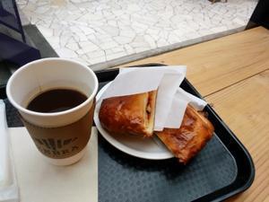 コーヒーにはクロワッサンがよく似合う。 - 仕事以外真剣。