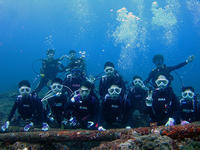 ボートで記念に♪ ハイ、ポーズ(^^)v - 八丈島ダイビングサービス カナロアへようこそ!
