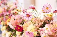 秋の装花 ホテルニューオータニ様へ コスモスの花畑のように - 一会 ウエディングの花