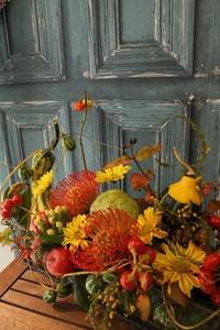 イタリアンレストラン9周年祝いのアレンジメント - 北赤羽花屋ソレイユの日々の花