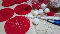 フリーペーパー用手芸見本作り**クリスマスの赤と白のラウンド飾り - AssortClothのハンドメイドダイアリー
