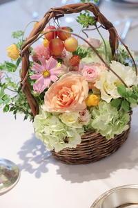 秋の装花 如水会館様へ コスモスとリンゴのバスケット - 一会 ウエディングの花