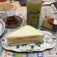 キウイジュースとコンビニサンド - Mme.Sacicoの東京お昼ごはん