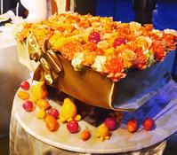 秋の装花 結婚式のフラワーケーキ、オレンジ色で28シェアに 横浜迎賓館さまへ - 一会 ウエディングの花