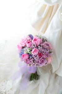 クラッチブーケ コンラッド東京様へ 紫とピンクと青 お気に入りのワンピース - 一会 ウエディングの花