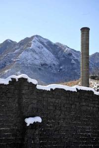 足尾のカラミ煉瓦塀 - 萩原義弘のすかぶら写真日記