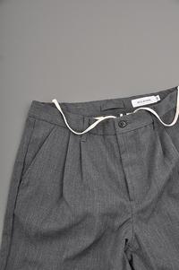 STILL BY HAND Wool 2-Tuck Pants (Charcoal) - un.regard.moderne