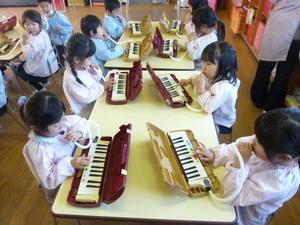 12月06日(水)鍵盤ハーモニカを弾いたよ - ともべ幼稚園「ひろばの出来事」<笠間市(旧友部町)>