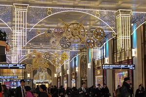 阪急・梅田のイルミネーション、百貨店のディスプレー、夕日、上弦の月 - 風に吹かれて