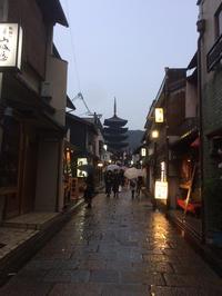 雨の中の観光地 - 向日市から世界へ  ツマヨウジから建築まで・・・