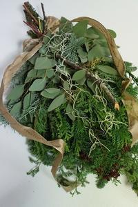 こちらもオールエバーグリーンのクリスマススワッグ - お花に囲まれて