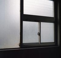 何もない窓辺 - 金色の麒麟が眺める世界