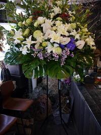 お通夜にスタンド花。北5西22の斎場にお届け。 - 札幌 花屋 meLL flowers