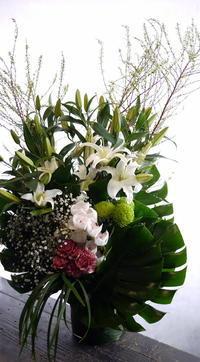 お通夜にアレンジメント。本通4丁目の斎場にお届け。 - 札幌 花屋 meLL flowers