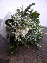 お母様のお供えに。「グリーン多め、かすみ草を使って、バラも可」。中の島1条にお届け。 - 札幌 花屋 meLL flowers