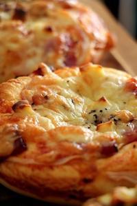 ピザパンとバジルのピザパン(パン・スイーツ部門) - Takacoco Kitchen