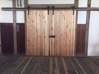 岡崎市 フォトスタジオ 木製吊りドア - sol y sombra  【IRON WORK FACTORY 】