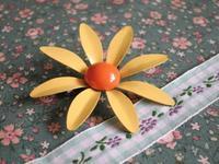 黄色い花のエナメル・ブローチ -  Der Liebling ~蚤の市フリークの雑貨手帖2冊目~