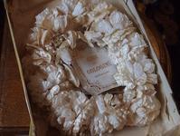 パリの蚤の市から*白薔薇のティアラと帽子の箱 - BLEU CURACAO FRANCE