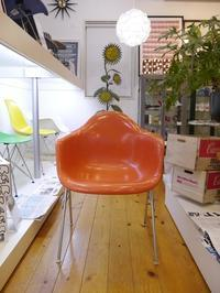 EAMES ARMSHELL CHAIR REDORANGE+STACKING BASE...結局余っていたこの脚を取り付けました - GLASS ONION'S BLOG