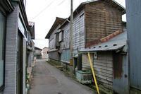 鰺ヶ沢(防火用水桶)水色のタイル - 古今東西風俗散歩(町並みから風俗まで)