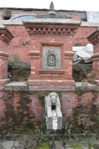 ネパール、古い井戸の吐出口がカッコイイ! - アーバン・ガーデン・ウォッチング