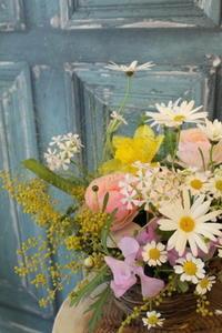 季節のフラワーアレンジのご案内と  ミモザのリースレッスンのご報告 - 北赤羽花屋ソレイユの日々の花
