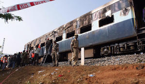 At least 36 killed as Indian train derails - PHOTO AND GREEK