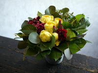 ワンちゃんの一周忌に。千歳市に発送。お子さんの希望で「赤・黄・青を使って」。 - 札幌 花屋 meLL flowers