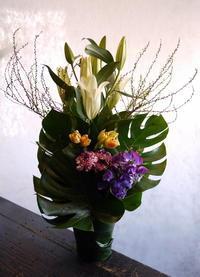 一周忌に。「色を入れて」。 - 札幌 花屋 meLL flowers