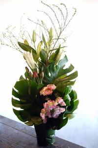 お供えアレンジメント。江別市野幌若葉町にお届け。 - 札幌 花屋 meLL flowers