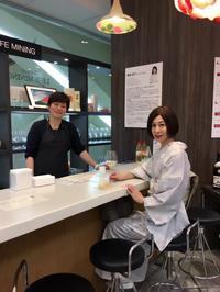 百貨店の売場にカウンターBAR出現❣️ - 八巻多鶴子が贈る 華麗なるジュエリー・デイズ