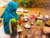 土のある生活。床はない。台所も部屋も土の地べた。 - インド現地採用 生活費記録