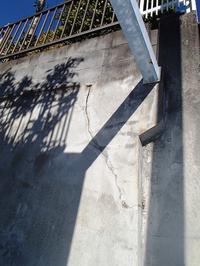 擁壁のひび割れ コンクリートの破片の落下を防ぐエキスパンションシーリング - 快適!! 奥沢リフォームなび