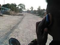 【動画】バイクに3人乗り。携帯で話しながら運転。インド。 - インド現地採用 生活費記録