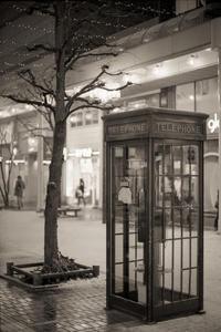 夜のアーケード街で長電話する透明人間(写真部門) - Film&Gasoline