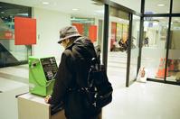 公衆電話をかける人と「公用電話」 - 照片画廊
