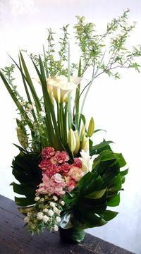 北2東13の斎場でのご葬儀に。アレンジメント。 - 札幌 花屋 meLL flowers