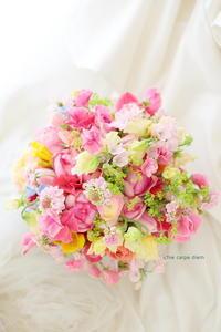 クラッチブーケ 八芳園様へ 3つにシェアできるブーケ、ピンクと春の色で - 一会 ウエディングの花