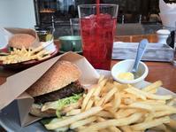 新宿「タバーン オン エス」ブルックリンの雰囲気の中でグリルドハンバーガー - 美・食・旅のエピキュリアン