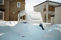 雪に埋もれたキャンプトレーラーと道南の歴史的積雪 - 照片画廊