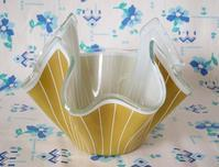 マスタード色のハンカチ型ガラス製花器 -  Der Liebling ~蚤の市フリークの雑貨手帖2冊目~