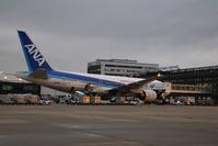伊丹空港の整備士、安全対策は万全・・・若い女性の活躍の姿にエールを送ります、活躍する姿に感動しています - 藤田八束の日記