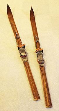 ふるさとの宝物 第177回 歴史展示室のスキー - 青森県立郷土館ニュース