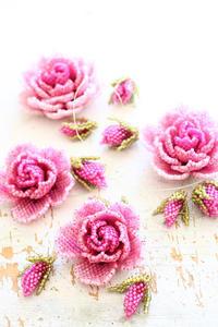 ビーズで作った薔薇を並べてみる - ビーズ・フェルト刺繍作家PieniSieniのブログ